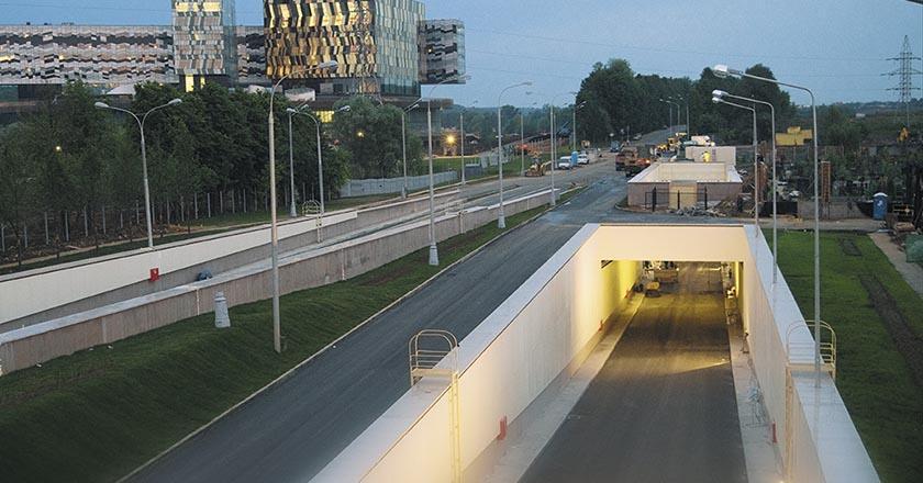 Автодорожный тоннель на подъезде к международной школе управления «Сколково» в Москве
