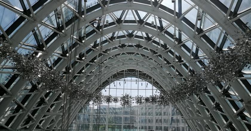 Выполнен монтаж декоративных элементов фасада на строительстве Административно-торгового комплекса в Москве